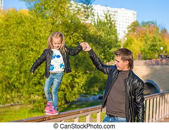 peu, fille, père, parc, automne, dehors, adorable