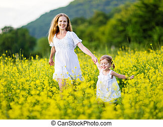 peu, fille, pré, famille, enfant, l, jaune, courant, mère, fleurs, heureux