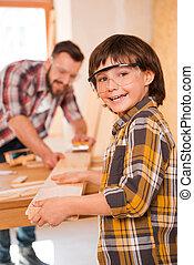peu, fonctionnement, appareil photo, sur, père, boylooking, gai, épaule, sien, carpenter., atelier, quoique