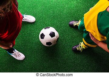 peu, football, deux, contre, joueurs, unrecognizable, herbe verte
