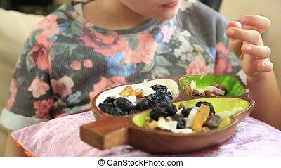 peu, fruit, manger, girl, séché