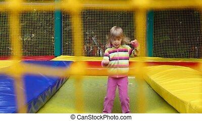 peu, gonflable, trampoline, parc, derrière, sauter, girl, filet, amusement, heureux