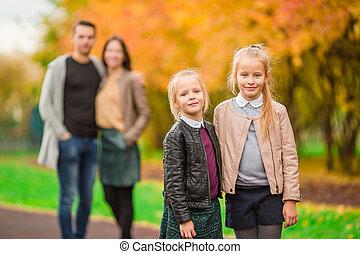 peu, gosses, famille, ensoleillé, parc, jeune, jour automne