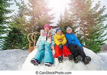 peu, groupe, asseoir, mur, parc, neige, enfants