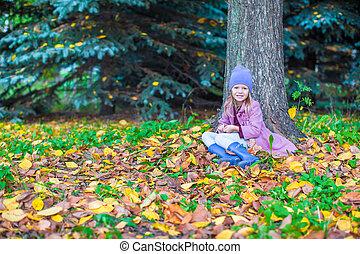 peu, heureux, girl, dans, automne, parc, sur, ensoleillé, diminuez jour