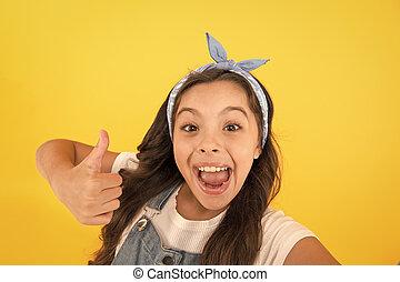 peu, heureux, ton, jaune, thumb., virage, haut., satisfaction., girl, enfant, si, vous, aimer, geste, mettre, il, sourire, faire gestes, approbation, pouce, petit, donner, haut, arrière-plan.