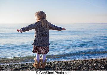 peu, hiver, adorable, dos, jour, chaud, amusement, girl, plage, avoir, vue