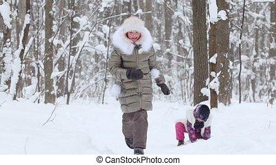 peu, hiver, filles, deux, forest., boules neige, jouer