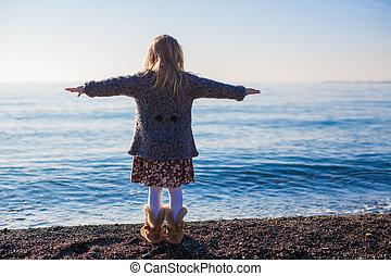 peu, hiver, jour ensoleillé, amusement, girl, plage, avoir, vue postérieure