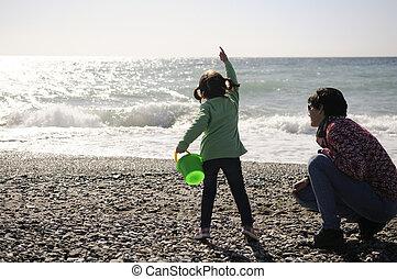 peu, hiver, mère, amusement, girl, plage, avoir
