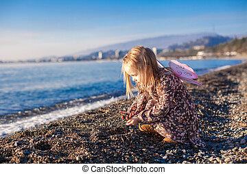 peu, hiver, plage, jour ensoleillé, girl, adorable, jouer