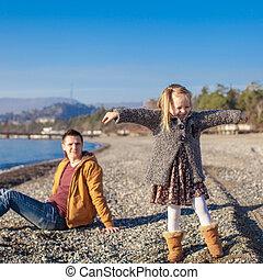 peu, hiver, plage, père, avoir, chaud, amusement, girl, adorable, jour