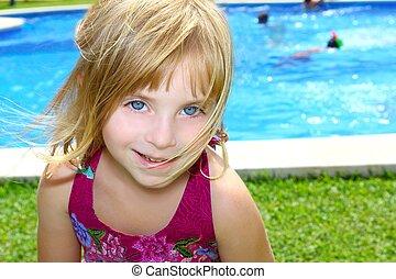 peu, jardin, vacances, blonds, portrait, fille souriant, piscine