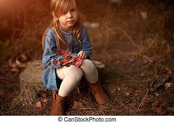 peu, jolie fille, dans, a, beige, manteau, séance, sur, a, banc, et, triste, à, les, parc, dans, automne