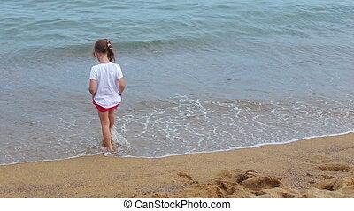 peu, jouer, plage, girl, vagues