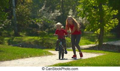 peu, lent, coup, elle, cavalcade, jeune, fils, mouvement, comment, femme, vélo, enseigner