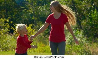 peu, lent, coup, elle, pelouse, jeune, mouvement, femme, amusez-vous, fils