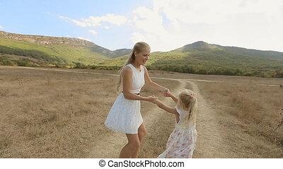 peu, lent, fille, elle, tournoyer, mouvement, maman, amusement, avoir