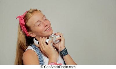 peu, lent, headphones., danse, mouvement, girl, heureux