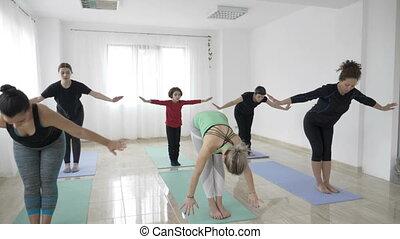 peu, lent, yoga, elle, assister, mère, premier, mouvement, milieu, autre, studio, gosse, fitness, girl, vieilli, classe, femmes