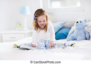 peu, lit jouet, livre, lecture fille, jouer