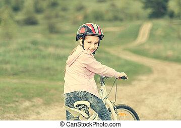 peu, loin, tourné, équitation vélo, fille souriante