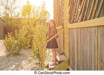 peu, maison bois, jolie fille, escalier