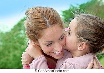 peu, maman, elle, donner, baiser, portrait, girl