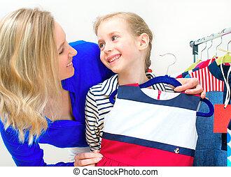 peu, maman, elle, robe, choisir, store., girl, habillement