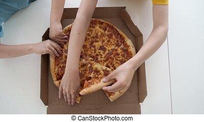 peu, manger, lumière, deux, caucasien, garçons, home., jour, pizza