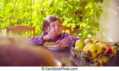 peu, manger, séance, pâtes, table, girl