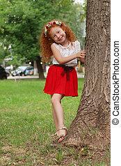 peu, mignon, girl, poses, près, grand arbre, dans, été, parc, peu profond, dof
