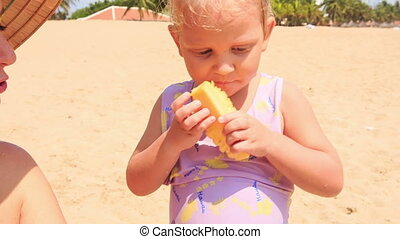 peu, natte, mange, sable, fruit, closeup, girl, plage