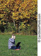 peu, ordinateur portable, écouteurs, parc, musique écouter, girl, jouer