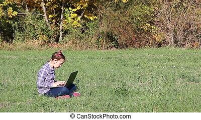 peu, ordinateur portable, parc, girl, jouer, heureux