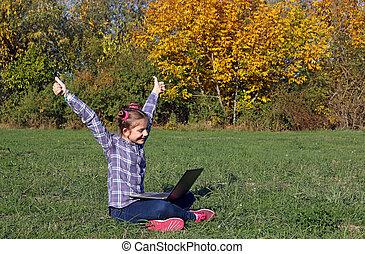 peu, ordinateur portable, parc, haut, pouces, girl, heureux