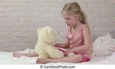 peu, ours peluche, enfant, girl, adorable, jouer, heureux