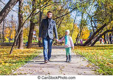peu, père, parc, marche, automne, ensoleillé, girl, adorable, jour, heureux