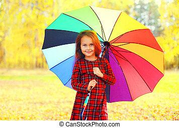 peu, parapluie, coloré, ensoleillé, automne, girl, enfant, sourire, jour, heureux