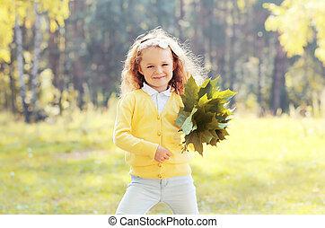peu, parc, automne, pousse feuilles, enfant, amusement, girl, avoir, érable