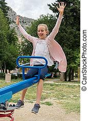 peu, parc, fille souriante, balançoire