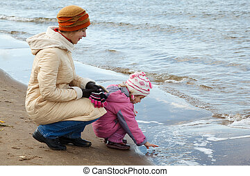peu, plage., jeux, promenade, automne, water., maman, girl