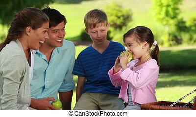 peu, pomme mangeant, elle, vert, famille, devant, girl