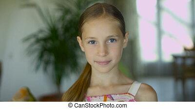 peu, portrait, sain, positif, moderne, long, émotif, cheveux, appareil photo, poser, doux, intérieur, sourire, girl