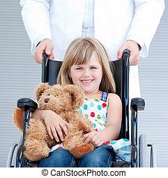 peu, portrait, soutenu, girl, docteur, fauteuil roulant, mâle, hôpital, séance