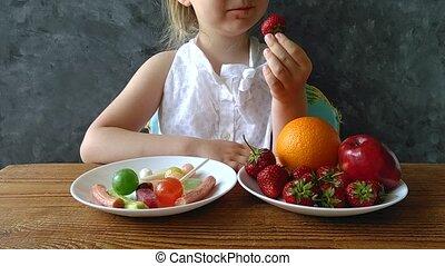 peu, quel, bonbons, home., table, choisir, nourriture., hd, fruits, ou, frais, pense, enfant, nuisible, girl, sain
