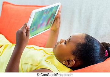 peu, regarder, tablet., dessins animés, africaine, maison, girl
