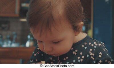 peu, séance bébé, table, et, manger, petit gâteau, miettes