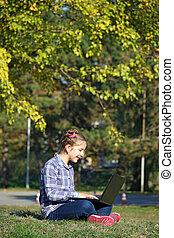 peu, séance, ordinateur portable, parc, girl, herbe, jouer, heureux