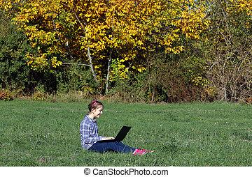 peu, séance, saison, ordinateur portable, automne, girl, herbe, jouer, heureux